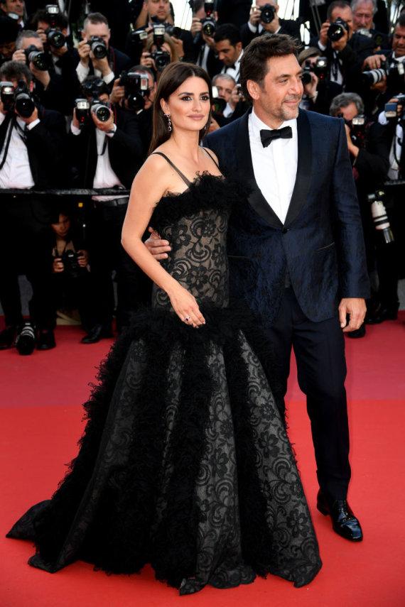 """""""Scanpix"""" nuotr./Penelope Cruz ir Javieras Bardemas antradienį per Kanų kino festivalio atidarymą"""