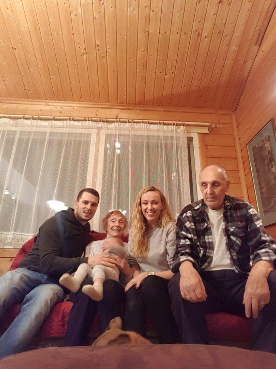 Asmeninio albumo nuotr./Baiba Skurstene-Serdiukė su šeima ir močiute Velta Skurstene