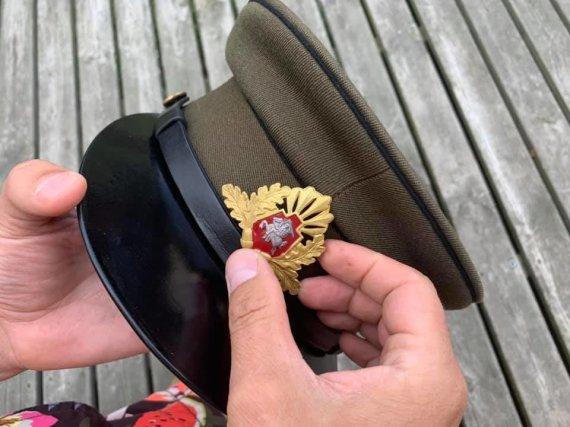 Asmeninio archyvo nuotr./Giedriaus Paulausko atkuriama partizanų kepurė