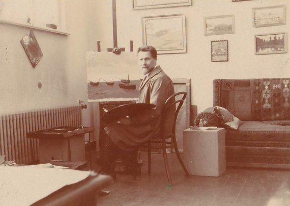 Nacionalinio M. K. Čiurlionio dailės muziejaus nuotr./A.Žmuidzinavičius dirbtuvėje prie molberto 1932 m.