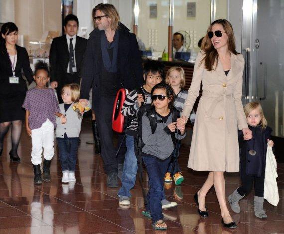 """AFP/""""Scanpix"""" nuotr./Bradas Pittas ir Angelina Jolie su vaikais"""