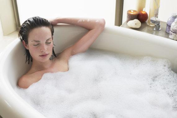 Vida Press nuotr./Moteris vonioje