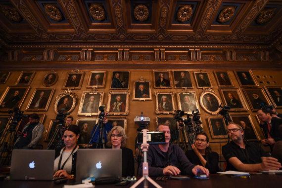 """AFP/""""Scanpix"""" nuotr./Žurnalistai laukia Nobelio premijos paskelbimo"""