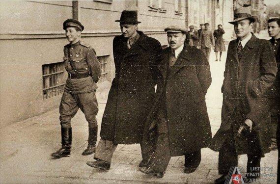 Fotonuotrauka. LYA, f. 17639, ap. 1, b. 92, l. 32/Lietuvos SSR Aukščiausiosios Tarybos Prezidiumo pirmininkas Justas Paleckis (antras iš kairės) ir Lietuvos komunistų partijos (bolševikų) centro komiteto pirmasis sekretorius Antanas Sniečkus (trečias iš kairės). [1944–1945 m.]