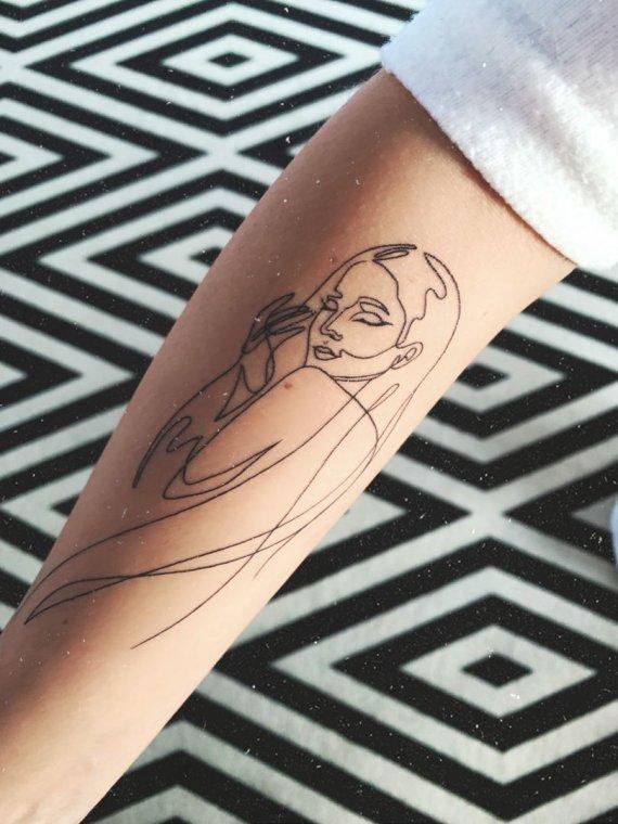 Asmeninio albumo nuotr./Monika Marija pasidarė tatuiruotę