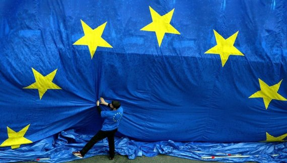 """""""Reuters""""/""""Scanpix"""" nuotr./Didžiulė Europos Sąjungos vėliava"""