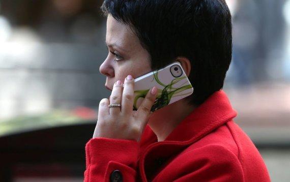"AFP/""Scanpix"" nuotr./Moteris kalba telefonu"