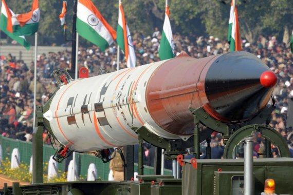 """AFP/""""Scanpix"""" nuotr./Branduolinį ginklą galinti transportuoti raketa demonstruojama parade Indijoje"""