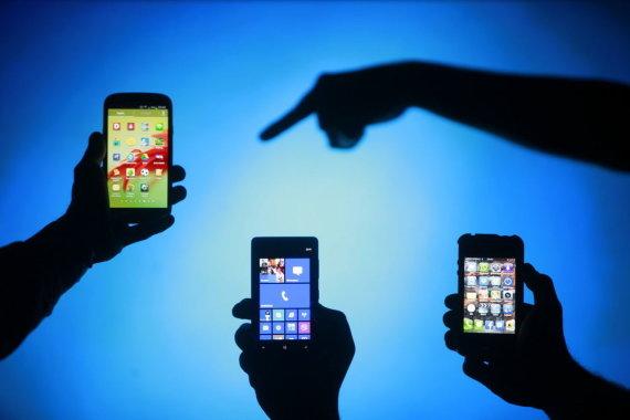 """""""Reuters""""/""""Scanpix"""" nuotr./Išmanieji telefonai su skirtingomis operacinėmis sistemomis"""