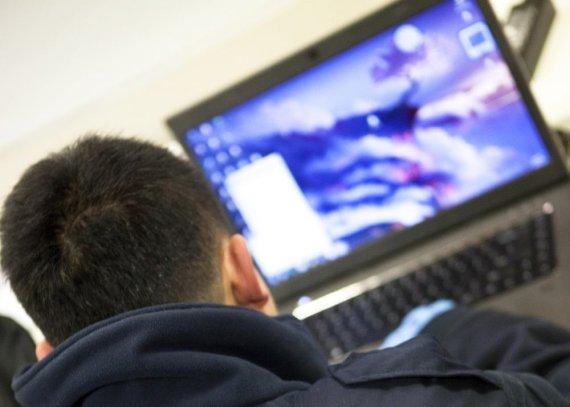 """""""Reuters""""/""""Scanpix"""" nuotr./Žmogus naudojasi kompiuteriu"""