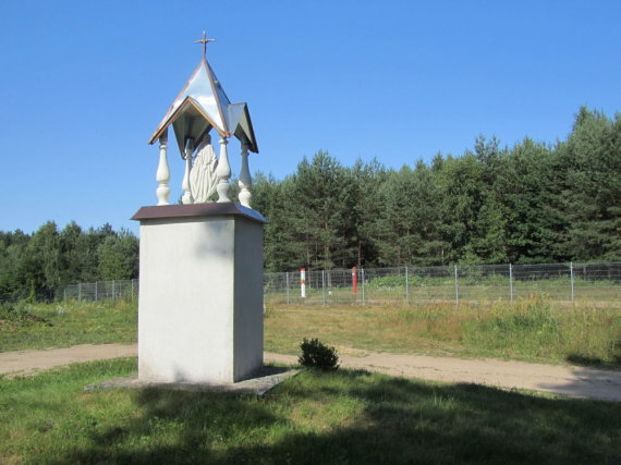 Justino Lingio nuotr./Koplytstulpis prie Norviliškių bažnyčios. Greta – siena su Baltarusija