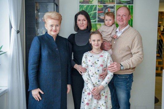 Asmeninio archyvo nuotr. /Vilnietės Kristinos Svitojienės šeima su prezidente Dalia Grybauskaite