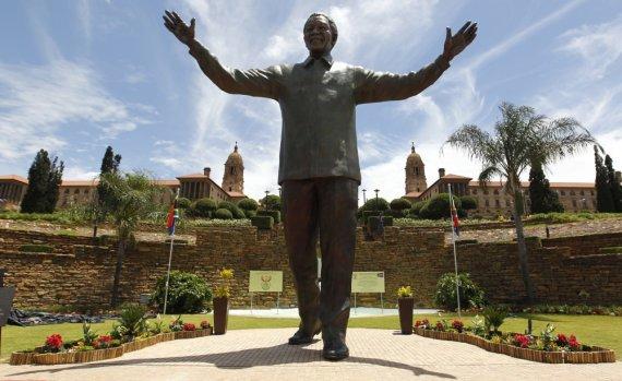 """Reuters""/""Scanpix"" nuotr./Nelsono Mandelos paminklas PAR sostinėje Pretorijoje"