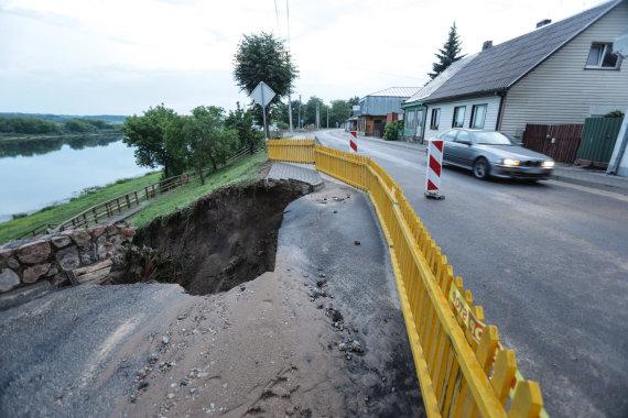 Eriko Ovčarenko / 15min nuotr./Vilkijoje po lietaus atsivėrė didelė įgriuva