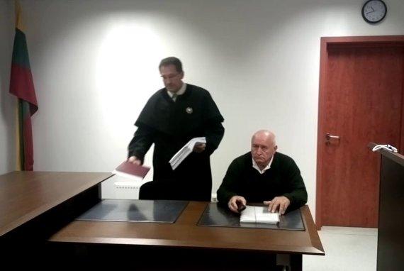 Sauliaus Chadasevičiaus / 15min nuotr./Vytautas Bernatonis (sėdi) su advokatu teisme