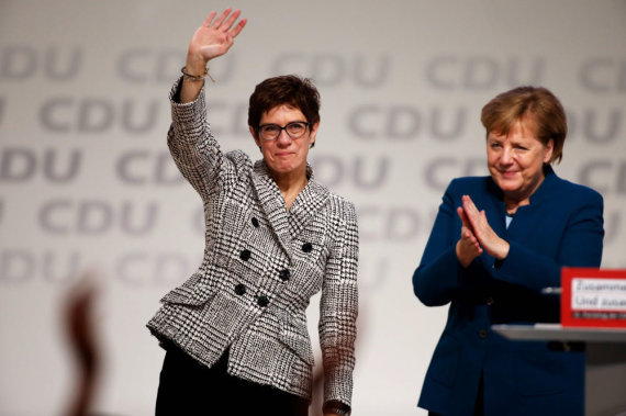"AFP/""Scanpix"" nuotr./Annegret Kramp-Karrenbauer ir Angela Merkel"