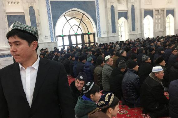 """""""Reuters""""/""""Scanpix"""" nuotr./Sindziango musulmonai meldžiasi mečetėje"""