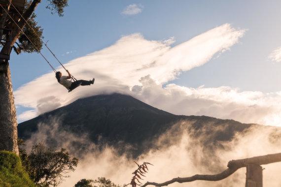 """Vida Press nuotr./Ekvadoro Andų kalnuose esančios """"pasaulio krašto"""" sūpynės greta namelio medyje"""