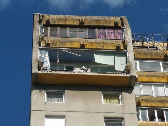 Vytenio Miškinio / 15min nuotr./Vilniaus Lazdynų rajone nulūžo daugiabučio balkonas