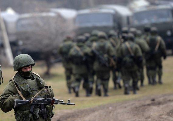 """AFP/""""Scanpix"""" nuotr./Rusijos kariai prie karinės bazės Perevalnoje, Kryme"""