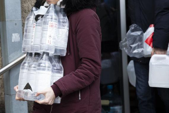 Luko Balandžio / 15min nuotr./Žmonės perka dezinfekcinį skystį