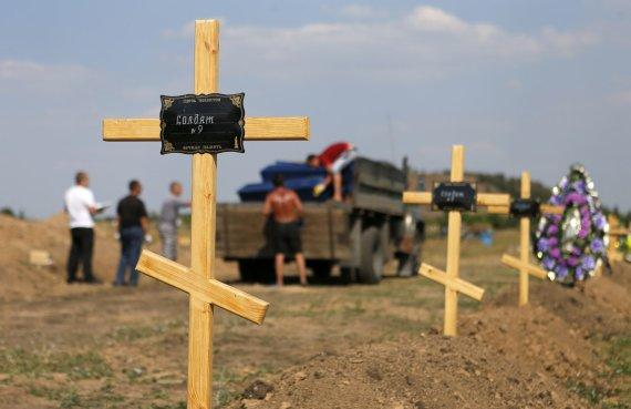"""""""Reuters""""/""""Scanpix"""" nuotr./Žuvusiųjų kapai Donbase"""
