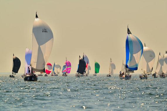"""Sailing Pictures of Lithuania nuotr./Spinakerių spalvos. """"Kuršių marių regatos"""" dalyviai jūriniame etape, pavėjui"""