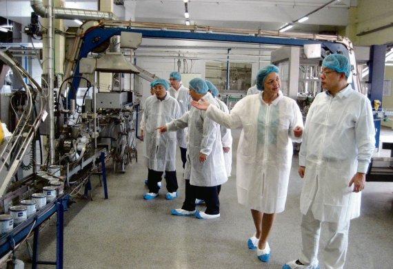 """Mildos Jonkienės nuotr./Kinų delegacija lankėsi """"Marijampolės pieno konservuose"""", kur stebėjo visą gamybos procesą."""