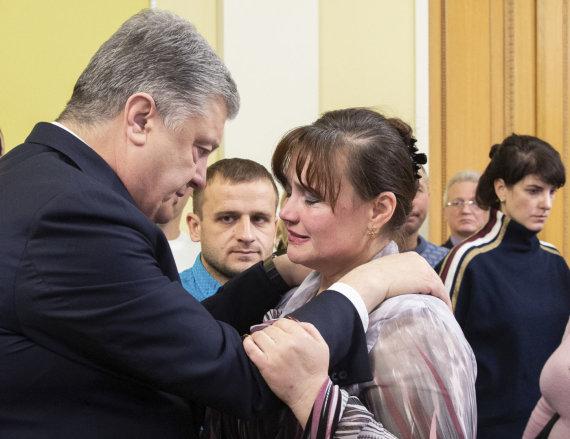 """""""Scanpix""""/AP nuotr./Petro Porošenka su į nelaisvę paimtų jūreivių artimaisiais"""