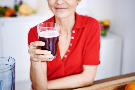 Vida Press nuotr./Moteris geria glotnutį
