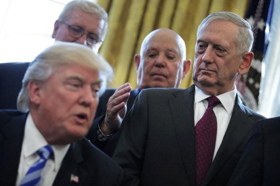 """""""Reuters""""/""""Scanpix"""" nuotr./Donaldas Trumpas ir Jamesas Mattisas"""