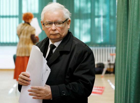 """""""Reuters""""/""""Scanpix"""" nuotr./Jaroslawas Kaczynskis balsuoja Lenkijos vietos rinkimuose"""