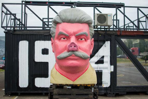 """Tautvydo Padgursko nuotr./""""Keulė Rūkė"""" Stalino skulptūros"""