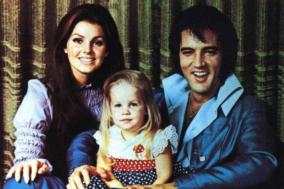 """""""Scanpix""""/""""SIPA"""" nuotr./Elvis Presley su žmona Priscilla Presley ir dukra Lisa Marie Presley"""
