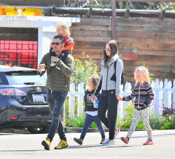 Vida Press nuotr./Megan Fox ir Brianas Austinas Greenas su vaikais
