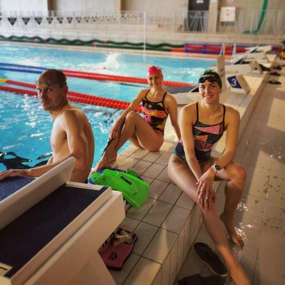 Asmeninio albumo nuotr./Ieva Serapinaitė (dešinėje), Laura Asadauskaitė Zedneprovskienė ir Justinas Kinderis – plaukimo pratybose.