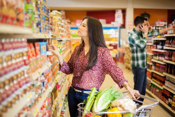 123RF.com nuotr./Moteris renkasi produktus