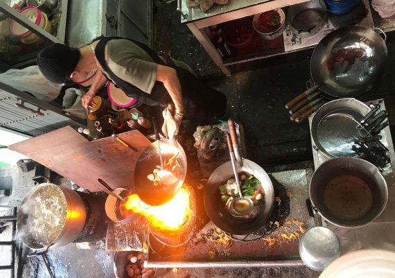 """Vida Press nuotr./Jay Fai darbuojasi savo restoranėlyje """"Raan Jay Fai"""""""
