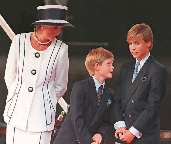 """AFP/""""Scanpix"""" nuotr./Princesė Diana, princas Harry ir princas Williamas (1995 m.)"""