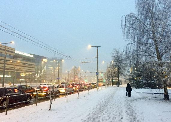 Valdo Kopūsto / 15min nuotr./Eismą šalies keliuose sunkina plikledis ir šlapdriba