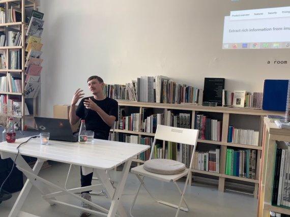 """Ievos Sriebaliūtės nuotr./Paulius Petraitis, """"A man with dark hair and a sunset in the background"""" projekto ir knygos pristatymas, EKKM, Talinas, 2020"""