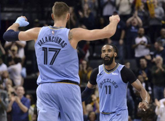 """""""Scanpix""""/AP nuotr./""""Memphis Grizzlies"""" komanda, vedama M.Conley ir Jono Valančiūno.."""
