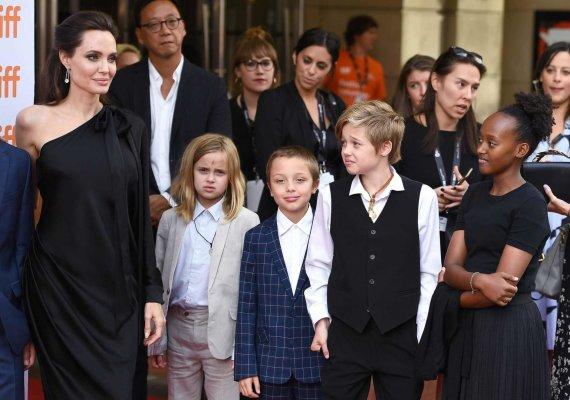 """""""Scanpix""""/""""Sipa USA"""" nuotr./Angelina Jolie su vaikais (iš kairės) Vivienne, Knoxu, Shiloh ir Zahara"""