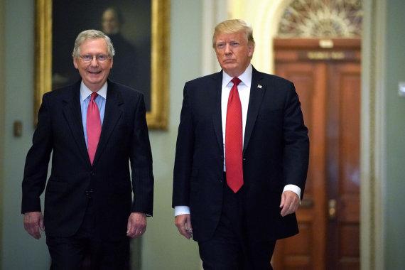"""AFP/""""Scanpix"""" nuotr./Mitchas McConnellas ir Donaldas Trumpas"""