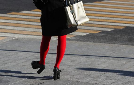 Vida Press nuotr./Moteris, dėvinti ryškias pėdkelnes