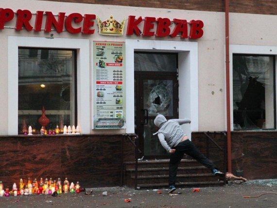 """""""Twitter"""" nuotr./Po jaunuolio mirties prie kebabinės Elko mieste Lenkijoje kilo riaušės"""