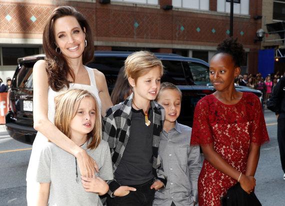 """""""Reuters""""/""""Scanpix"""" nuotr./Angelina Jolie su vaikais"""