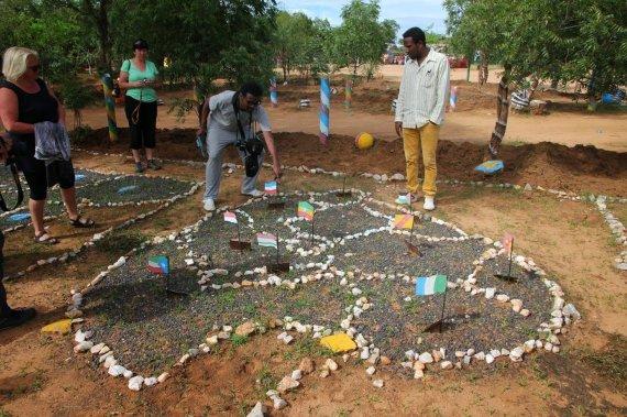 """Kelionių organizatoriaus """"GRŪDA"""" nuotr./Geografijos pamoka aštuonmetės Turmio mokyklos kieme, Etiopija"""
