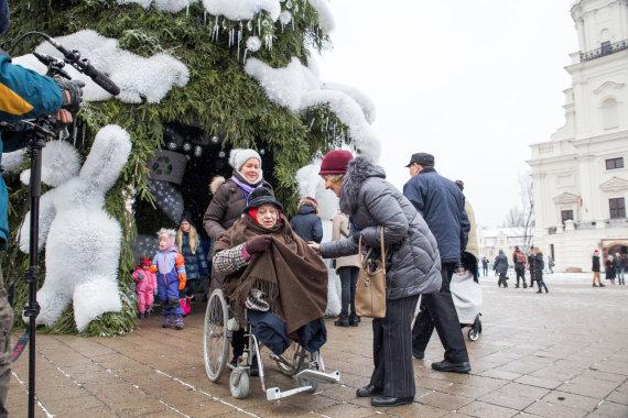 Mariaus Vizbaro / 15min nuotr./Kauno hospiso pacientų išvyka prie Kalėdų eglės