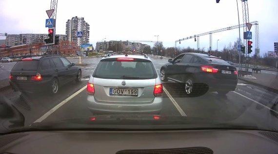 Kadras iš vaizdo įrašo/BMW X6 skrodžia sankryžą degant raudonam šviesoforo signalui.